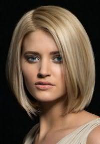 Стрижка каре с дополнительным объемом идеально сочетается с русым цветом волос и отлично дополняется естественным макияжем глаз и блеском для губ бежевого оттенка