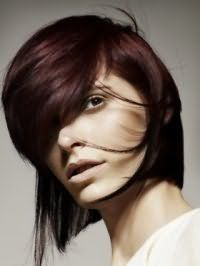 Асимметричный вариант стрижки с густой косой челкой для средних волос темно-шоколадного цвета станет подходящим вариантом для светлой кожи и карих глаз