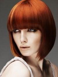 Элегантная укладка стрижки классическое каре с густой челкой для рыжих волос
