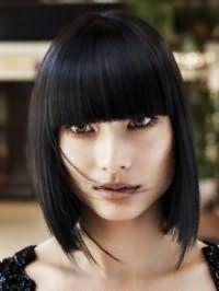 Для создания великолепного вечернего образа отличным вариантом является макияж в теплых коричневых тонах, который хорошо вписывается в стрижку каре с рваными концами с челкой и черным цветом волос