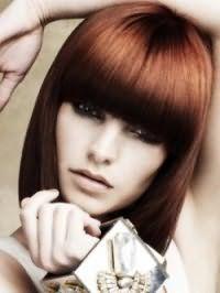 Модная стрижка каре с густой челкой для прямых волос и овальной формы лица