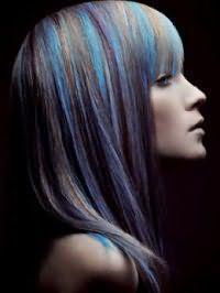 Прямая стрижка с челкой на волосах цвета блонд дополняется тонкими колорированными прядями голубого оттенка и сочетается с макияжем в натуральном стиле для повседневного креативного образа
