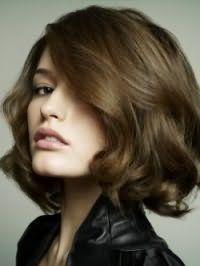 Русый цвет волос на короткой объемной стрижке, уложенной в локоны, дополнит макияж в натуральных оттенках, состоящий из черной туши и помады естественного розового цвета