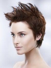 Короткая стрижка с дерзкой укладкой гармонирует с дневным макияжем в натуральных тонах для девушек с карими глазами и светлой кожей