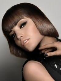 Шоколадный цвет волос для каскадной стрижки с прямой челкой на средние волосы гармонирует с карими глазами, выделенными широкими черными стрелками и коричневыми тенями