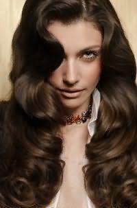 Длинные волосы цвета шоколад хорошо выглядят с укладкой в виде локонов и гармонируют с макияжем в светлых коричневых оттенках и помадой естественного бежевого цвета