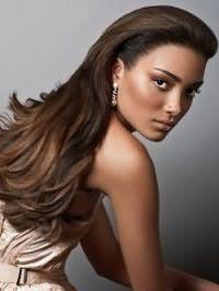 Темно-шоколадный оттенок волос на длинных прямых волосах с прикорневым объемом отлично сочетается с вечерним макияжем в золотисто-коричневых тонах для девушек со смуглой кожей и карими глазами