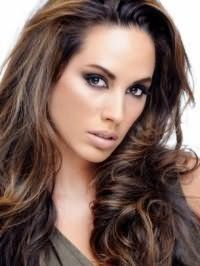 Длинные волосы, окрашенные в шоколадный цвет с мелированием, превосходно будут дополнены макияжем в темных тонах для обладательниц светлой кожи и карих глаз